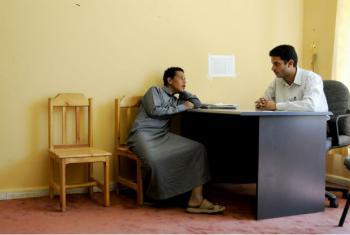 Funcionário entrevista jovem num centro para crianças sem-abrigo no Iêmen. Foto: Dana Smillie / Banco Mundial