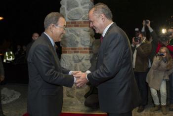 Ban Ki-moon cumprimenta o presidente da Eslováqui, Andrej Kiska. Foto: ONU/Rick Bajornas