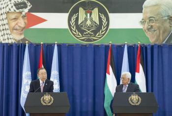 Ban Ki-moon em entrevista coletiva com o presidente palestino, Mahmoud Abbas. Foto: ONU/Rick Bajornas