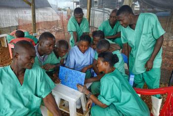 Funcionários em centro de tratamento. Foto: OMS/S. Aranda
