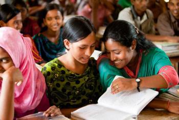 O relatório destaca um aumento de meninas no ensino primário e secundário. Foto: Unicef/Tapash Paul