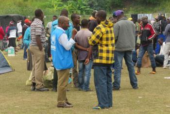 Funcionarios do Acnur na África do Sul com vítimas de ataques xenófobos em março deste ano. Foto: Acnur/T. Machobane