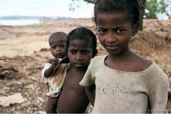 Muitos domicílios estão a retirar as crianças das escolas. Foto: Yosef Hadar/Banco Mundial