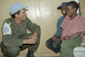 Soldado da ONU conversa com crianas moçambicanas. Foto: ONU/Pernaca Sudhakaran