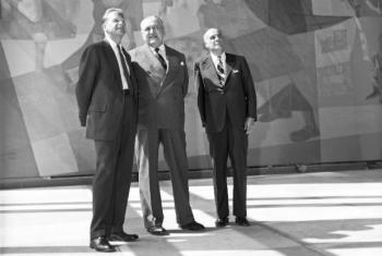 Embaixador Cyro de Freitas-Valle (centro), observando os paineis Guerra e Paz de Portinari. Foto: Arquivo ONU