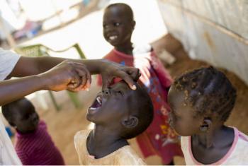 Diversas campanhas de vacinação em massa tiveram como alvo mais de 2,1 milhões de crianças com menos de cinco anos. Foto: ONU/JC McIlwaine