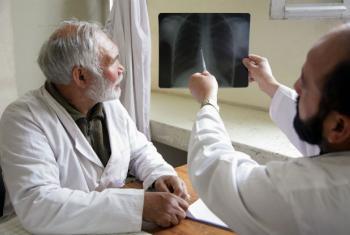 A OMS nota melhorias no tratamento, com 77% das pessoas com tuberculose e HIV recebendo antiretrovirais.Foto: ONU/Fardin Waezi