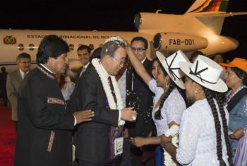 Ban Ki-moon foi recebido pelo presidente Evo Morales ao chegar em Cochabamba. Foto: ONU/Eskinder Debebe