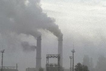 Até 2030, os países devem reduzir o número de mortes e de doenças causadas por químicos e poluentes do ar, do solo e da água. Foto: Curt Carnemark / World Bank