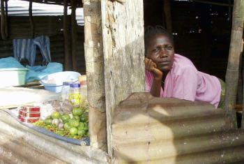 A situação económica piora com a forte queda nos preços das matérias-primas.Foto: ONU/Shima Roy