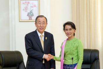 Secretário-geral, Ban Ki-moon, com Daw Aung San Suu Kyi em Mianmar em novembro de 2014. Foto: ONU/Rick Bajornas