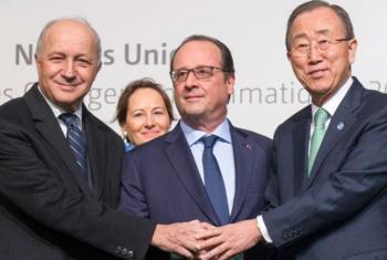 Ban Ki-moon fotografado com o presidente francês e com o Ministro dos Negócios Estrangeiros em Paris. Foto: ONU.