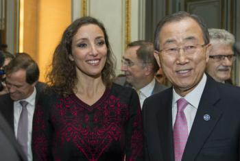 """Secretário-geral da ONU, Ban Ki-moon, e a artista e criadora do projeto """"One Heart, One Tree"""", Naziha Mastaoui. Foto: ONU/Rick Bajornas"""