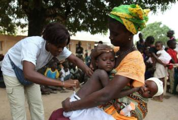 Crianças na Guiné-Bissau são vacinadas contra a diarreia. Foto: Unicef/Roger Lemoyne