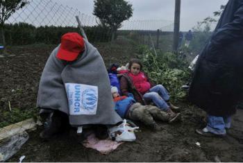 Refugiados protegem-se do frio na fronteira entre a Croácia e a Sérvia. Foto: Acnur/M. Henley