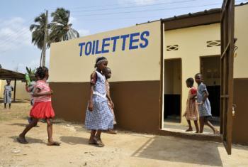 A falta de saneamento e de higiene são uma das principais causas de doenças e desnutrição.Foto: ONU/Patricia Esteve