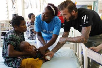 Embaixador da Boa Vontade do Fundo das Nações Unidas para a Infância, Unicef, David Beckham, em visita a crianças recebendo tratamento para desnutrição em um hospital apoiado pela agência da ONU em Papúa Nova Guiné. Foto: Unicef/Nickerson
