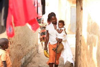 Ban Ki-moon alerta que é necessário fornecer acesso à educação e opções de proteção contra o vírus a mulheres jovens e adolescentes.Foto: Unaids
