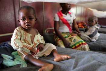 Criança em centro de tratamento contra desnutrição em hospital pediátrico em Bangui, capital da República Centro-Africana. Foto: Unicef/Pierre Terdjman