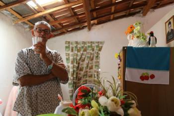 João Siqueira bebe água em sua casa em Pernambuco. Foto: Banco Mundial