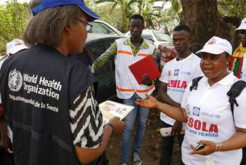 OMS ajuda no processo de educação e informação para as comunidades afetadas. Foto: OMS/P. Haughton