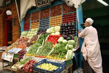 Venda de frutas e vegetais em um mercado no Egito. Foto: FAO