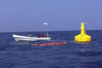 Pescadores somalis perto de um dispositivo flutuante. Foto: FAO