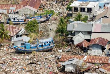 Imagem aérea da destruição da costa da Indonésia, entre as cidades de Banda Aceh e Meulaboh, causada pelo tsunami no Oceano Índico em 26 de dezembro de 2004. Foto: ONU/Evan Schneider