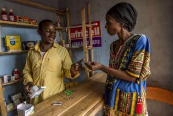 Larson é refugiado burundês que estabeleceu o seu negócio no Uganda. Foto: Acnur/F.Noy.
