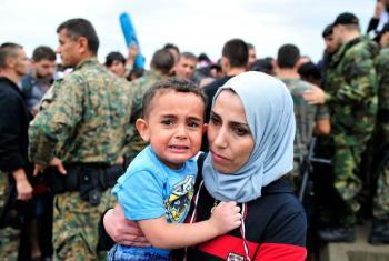 Na fronteira da Grécia com a Macedónia uma mãe segura no seu filho assustado. Foto: Unicef/Tomislav Georgiev
