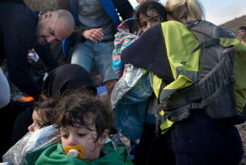 Crianças e seus pais chegam na Grécia. Foto: Unicef/shley Gilbertson VII