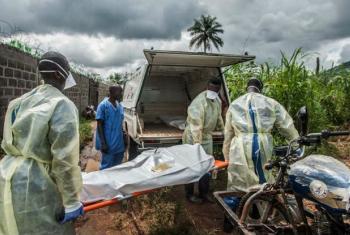 Equipes funerárias em Serra Leoa. Foto: Aurelie Marrier d'Unienville/Irin