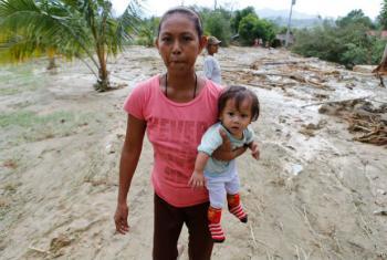 Mãe e filha saem da cidade de Laur, nas Filipinas, que foi afetada pelo tufão Koppu, em 2015. O atual El Niño deve ser um dos mais fortes desde 1998 e vai continuar no início de 2016. Foto: Unicef/Jeoffrey Maitem