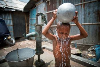Criança na favela de Kallyanpur, na capital de Bangladesh, Daca. Foto: ONU/Kibae Park