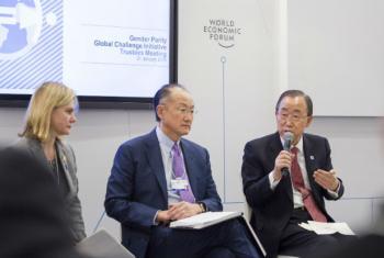 Em Davos, Ban Ki-moon (à dir.) anuncia a criação do primeiro painel de alto nível da ONU sobre Empoderamento Econômico das Mulheres. Foto: ONU/ Rick Bajornas