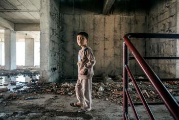 Menino iraquiano em prédio destruído pelos confrontos. Foto: Ocha/Iason Athanasiadis