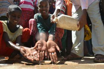 Jovens no acampamento de Dadaab lavam as mãos com água e sabão. Foto: Acnur/A.Nasrullah