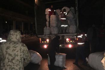 Voluntários do Crescente Vermelho Árabe entregam suprimentos em Madaya, Síria. Foto: Unicef