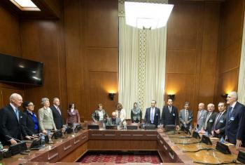 Staffan de Mistura (esquerda) com Bashar Ja'afari (direita) no primeiro dia de conversações sobre o conflito sírio. Foto: ONU/Jean-Marc Ferré