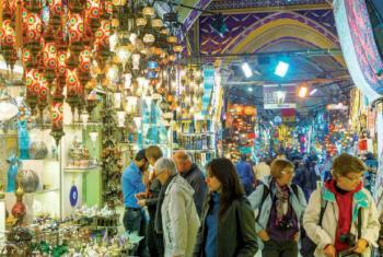 Especialista destaca que experiências em lojas pequenas e com produtos locais são mais atraentes para os turistas do que grandes marcas.Foto: OMT