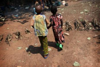 Crianças caminham em um centro para deslocados em Bangui, capital da República Centro-Africana. Foto: Unicef/UN01079/Terdjman