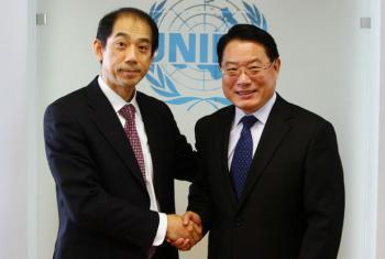 Acordo foi firmado pelo representante permanente do Japão para organizações internacionais em Viena, embaixador Mitsuru Kitano (esq.) e o diretor geral da Unido, LI Yong. Foto: Unido