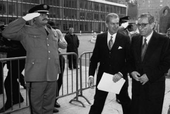 Chegada de Boutros Boutros-Ghali (direita) ao edifício das Nações Unidas em Nova Iorque, Janeiro de 1992. Foto: ONU/John Isaac
