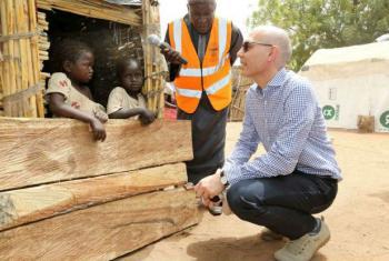 Volker Turk conversa com crianças nigerianas deslocadas. Foto: Acnur/G. Osodi