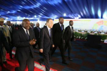 Ban Ki-moon (ao centro) e Joseph Kabila (à esq.) chegam à cerimônia de abertura da Conferência de Investimento do Setor Privado dos Grandes Lagos. Foto: Monusco/Michael Ali