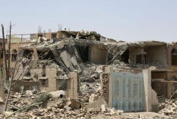 Edifícios destruídos por bombardeios aéreos em Sanaa, capital do Iêmen. Foto: Ocha/Charlotte Cans