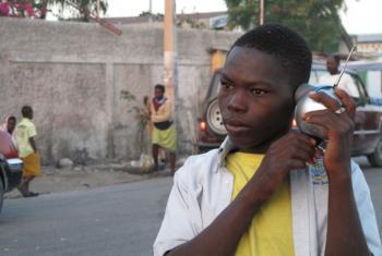 Jovem em Citey Solei ouve uma emissão radiofónica na primeira semana a seguir ao terramoto de 2010 no Haiti. Foto: Arquivo pessoal