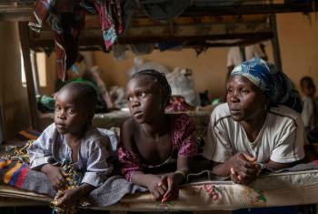 Mãe e filhas em acampamento para deslocados internos na Nigéria. Foto: Unicef/Abdrew Esiebo