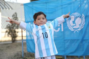 Murtaza Ahmadi com a camisa autografada pelo Messi. Foto: Unicef AfeganistãoMahdy Mehraeen