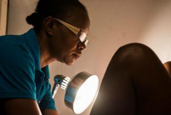 Na Jamaica, enfermeira conduz exame para detectar câncer cervical. Foto: OMS/S. Bones